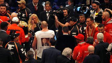 Brytyjski pięściarz Tyson Fury pokonał jednogłośnie na punkty (115:112, 115:112, 116:111) Ukraińca Władimira Kliczkę w walce o mistrzostwo świata w wadze ciężkiej federacji WBA, WBO i IBF w Duesseldorfie. Kliczko stracił tytuł po 12 latach.