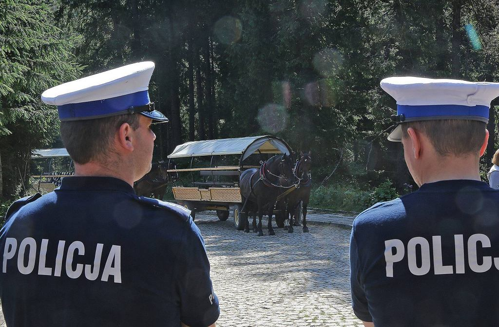 Policja w Tatrach na drodze do Morskiego Oka (zdjęcie ilustracyjne)