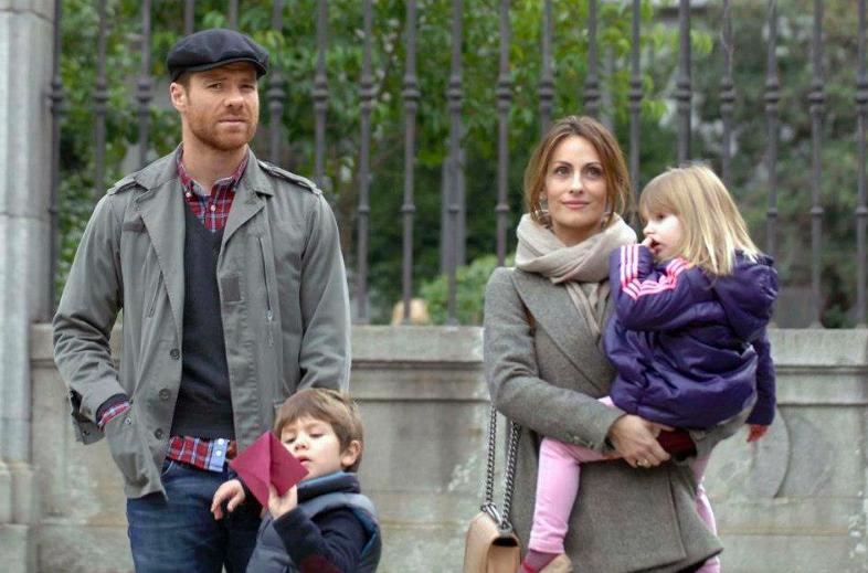 Xabi Alonso na spacerze z rodziną