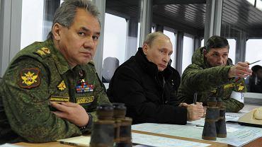 Władimir Putin podczas narady z Iwanem Buwałtsewem (P) - szefem sztabu rosyjskiej armii - oraz ministrem obrony Sergiejem Szojgu (L)