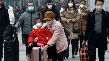 Podróżni na dworcu w Yichang. Chiny, 21 stycznia 2020