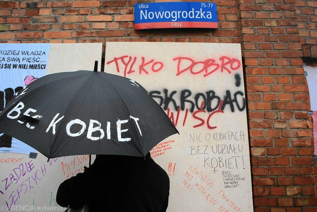 Ogólnopolski Strajk Kobiet w Warszawie. Akcja malowania graffiti 'Ściana furii' przy Nowogrodzkiej