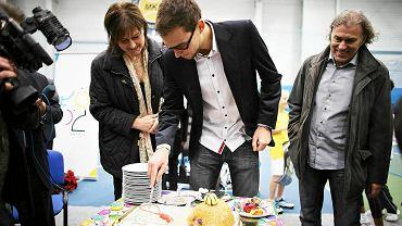 Jerzy Janowicz podczas konferencji prasowej w hali MKT z urodzinowym tortem
