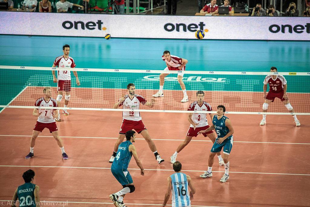 Mecz Ligi Światowej Polska - Argentyna. W lewym dolnym rogu Pablo Bengolea