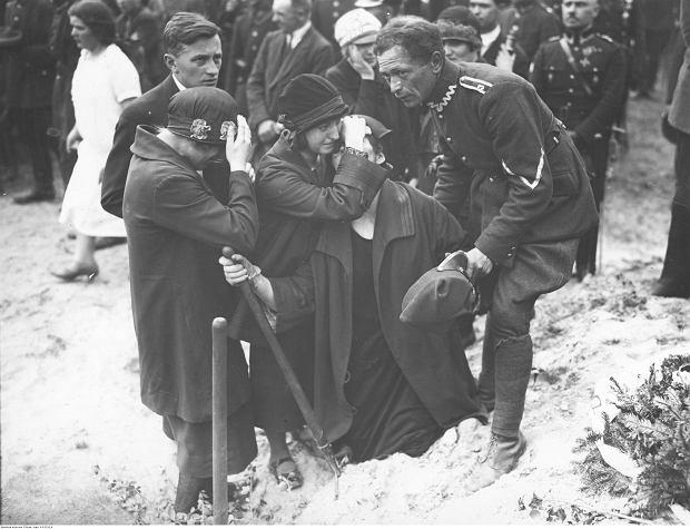Zdjęcie numer 0 w galerii - Pogrzeby na starych fotografiach. Jak chowano Piłsudskiego, Dmowskiego i cygańskiego króla?