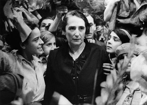 Dolores Ibárruri wśród swoich zwolenników na zdjęciu z 1936 r. wykonanym na początku wojny domowej w Hiszpanii