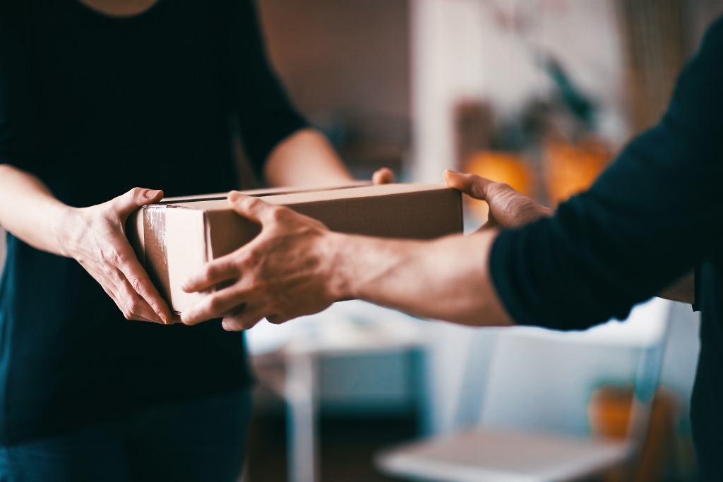 Czy należy dezynfekować paczki od kurierów lub z paczkomatów?
