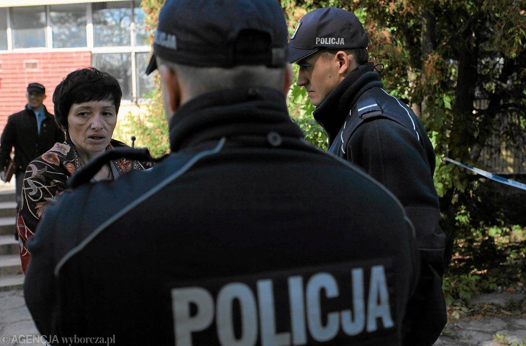 Prezes klubu Małgorzata Terlecka-Fischer i policja po briefingu prasowym, który odbył się nielegalnie na terenie należącym do Komendy Głównej Policji
