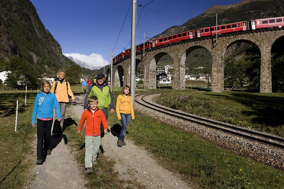 Poprowadzony wzdłuż wpisanej na listę UNESCO linii Bernina/Albula szlak jest niezbyt trudny.