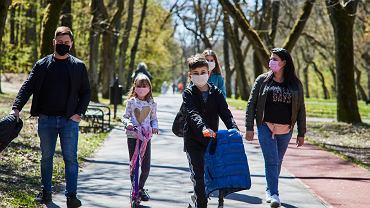 Od poniedziałku 20 kwietnia znów można wchodzić do parków i lasów. Łodzianie chętnie z tego korzystają. Zobaczcie galerię zdjęć z parku na Zdrowiu.