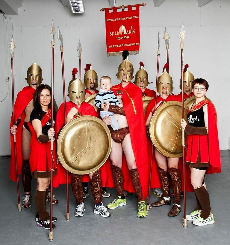 Spartanie pobiegną w 12. Cracovia Maraton żeby zebrać pieniądze na protezy dla 2-letniego Jasia
