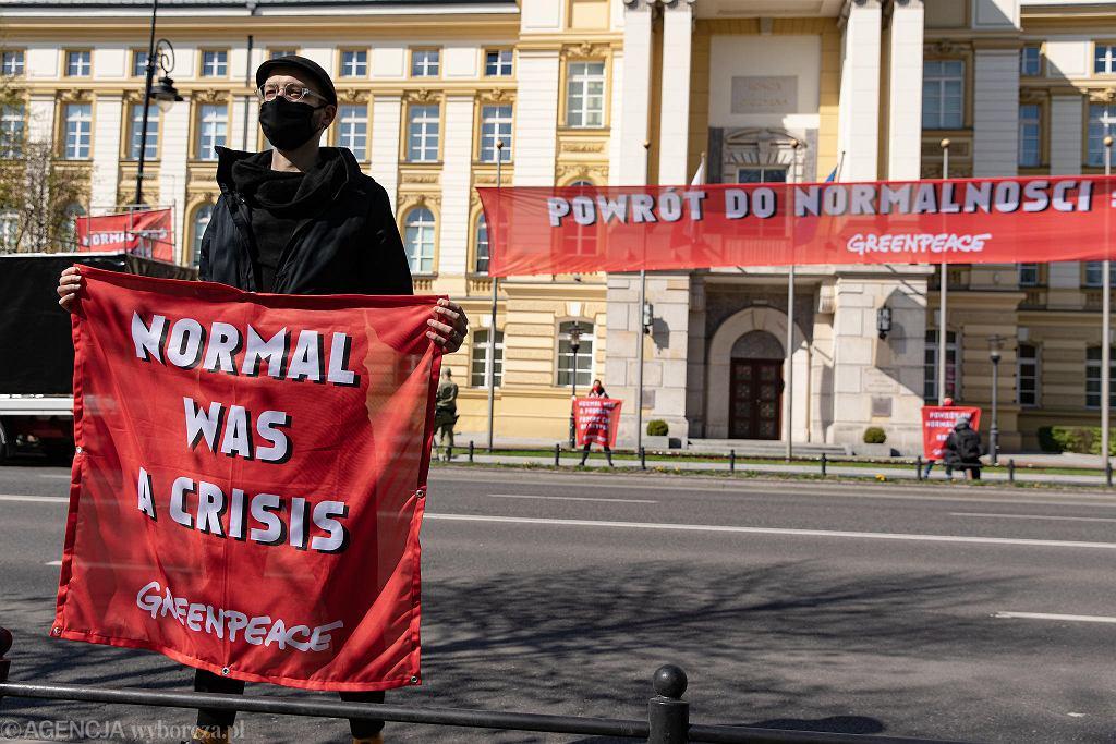 Dzień Ziemi. Greenpeace wywiesza ekologiczny baner na Kancelarii Premiera