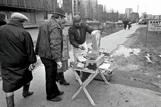 Warszawa, 1990. Uliczny handel mięsem.