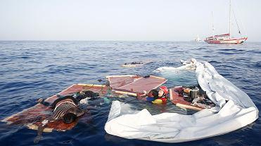 Członek hiszpańskiej organizacji pozarządowej Proactiva Open Arms ratuje kobietę z tonącej łodzi na Morzu Śródziemnym, około 85 mil od libijskiego wybrzeża, 17 lipca 2018 r.