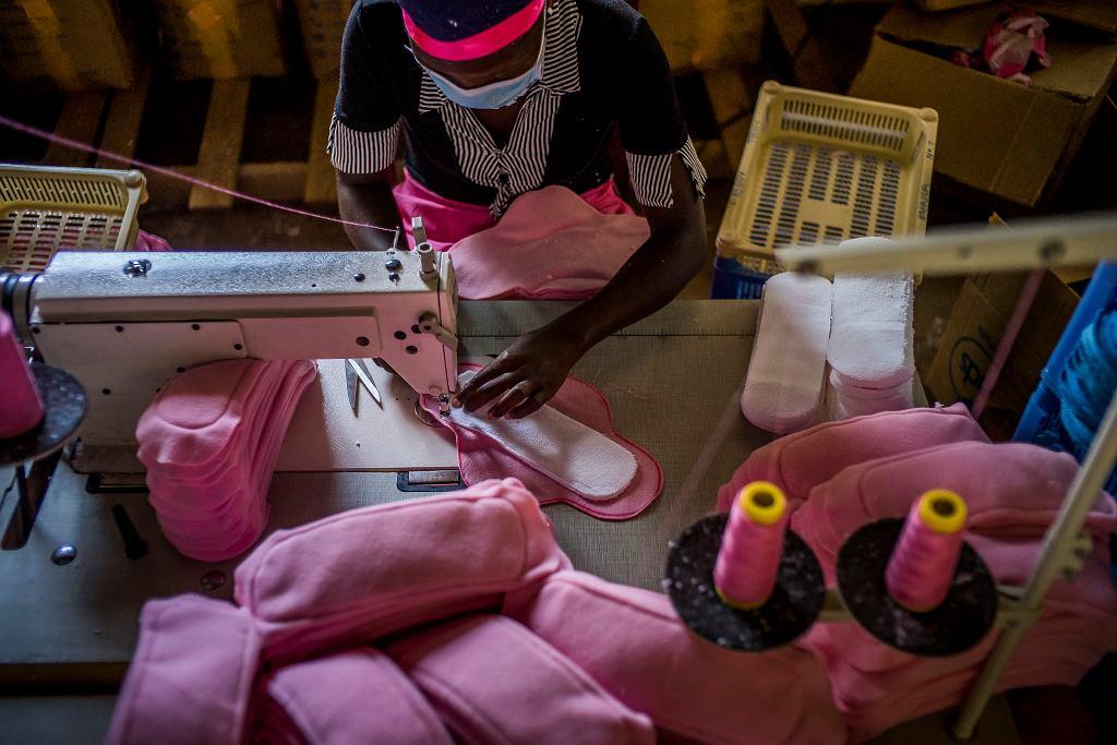 Przedsiębiorczyni z miasta Jinja szyje podpaski wielokrotnego użytku