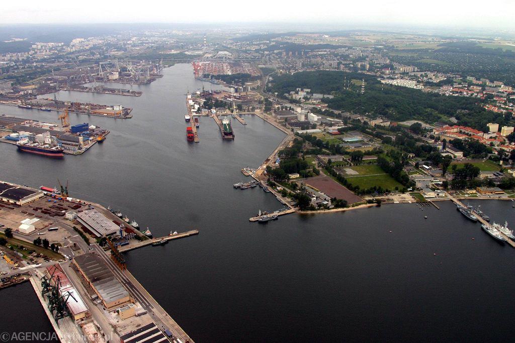 Stocznia z lotu ptaka. To tereny po prawej stronie kanału portowego w centrum zdjęcia
