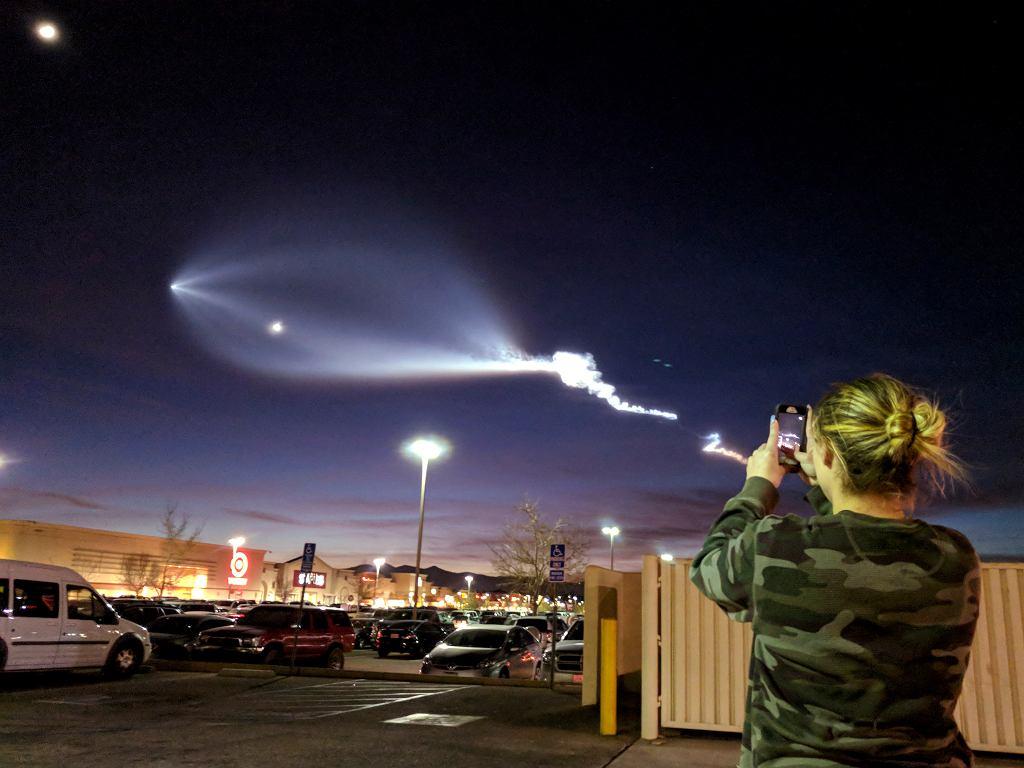Smuga na niebie, którą zostawiła rakieta Falcon 9