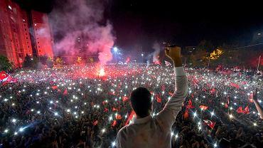 Stambuł. Ekrem Imamoglu razem ze zwolennikami świętuje zwycięstwo w powtórzonych wyborach
