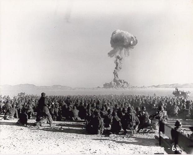 Test na poligonie w Nevadzie w 1951 roku. Żołnierze byli około dziewięciu kilometrów od eksplozji i następnie przeprowadzali manewry w rejonie skażonym