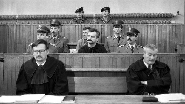 Zdzisław Najmrodzki ps. 'Saszłyk' (w środku, z wąsami) podczas procesu we wrześniu 1990 r. w Krakowie. Milicja obawiała się, że będzie próbował uciec z gmachu sądu, dlatego dojeżdżał tam konwojowany przez specjalny oddział komandosów nazywany przez prasę 'brygadą tygrysa'. Przed każdym posiedzeniem sprawdzano, czy z któregoś okna w sądzie nie zwisa lina.