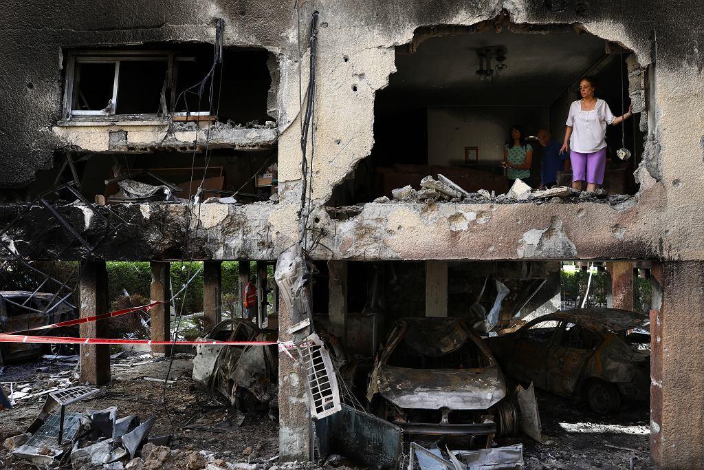 Izrael: Nie ustaje ostrzał rakietowy i naloty. Na zdjęciu: zniszczenia po palestyńskim ostrzale rakietowym. Petah Tikva, Izrael, 13 maja 2021