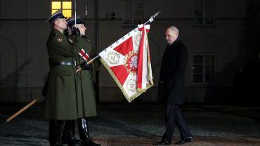 Wymiana ministrów po rekonstrukcji rządu - Antoni Macierewicz żegna się z urzędem.