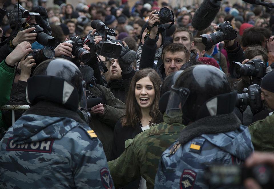 Członkini Pussy Riot Nadieżda Tołokonnikowa przed kordonem policji stojącym przed sądem w Moskwie