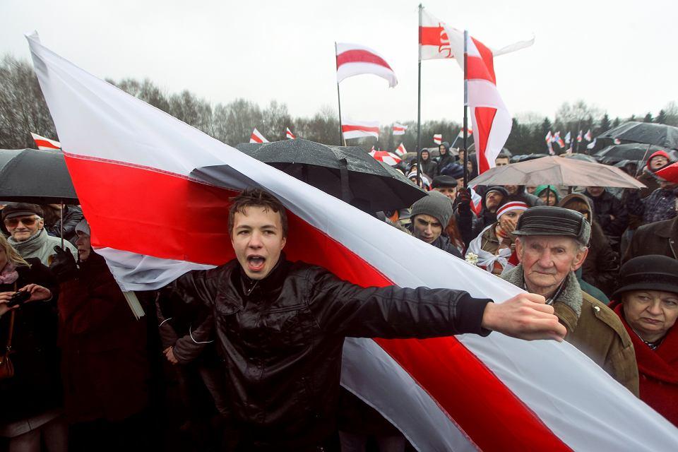 Porwany w niedzielę przez reżim Łukaszenki opozycyjny dziennikarz Roman Protasiewicz na wiecu w Mińsku, 25 marca 2012 r.
