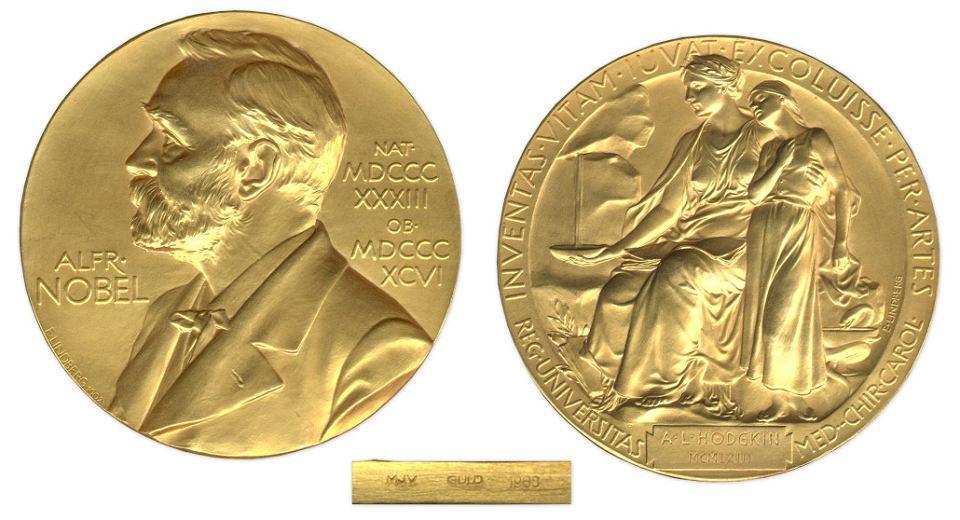 Medal noblowski, jaki dostają laureaci z medycyny. Na awarsie jest podobizna Alfreda Nobla, a rewersie - cytat z Wergiliusza: 'Inventas vitam iuvat excoluisse per artes' (uczyńmy życie lepszym przez naukę i sztukę)