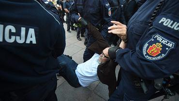 Policja siłą usuwa Pawła Kasprzaka ze stowarzyszenia Obywatele RP podczas obchodów 86. miesięcznicy smoleńskiej