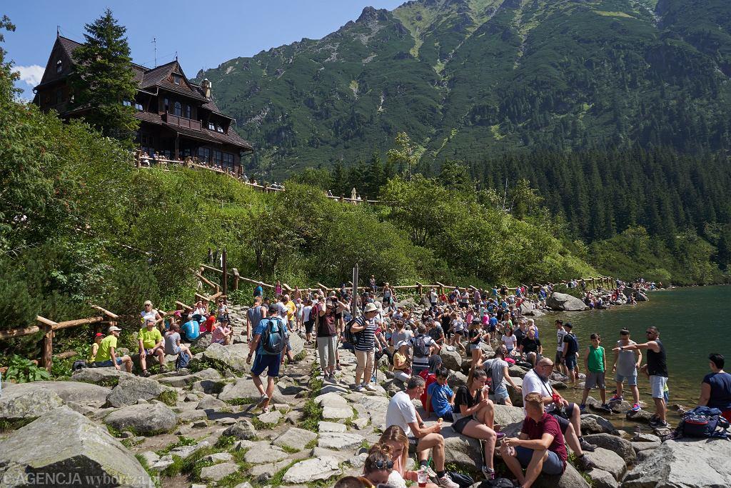 Turyści nad Morskim Okiem w Tatrach