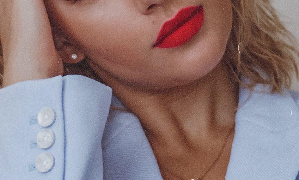 Makijaż do czerwonych ust dla dojrzałych kobiet. Jak się malować, by nie dodać sobie lat?