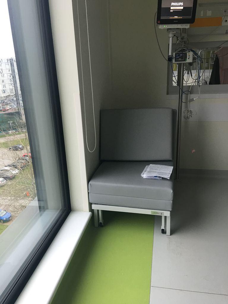 W Warszawie są szpitale, które zapewniają czuwającym przy dzieciach rodzicom rozkładane fotele do spania