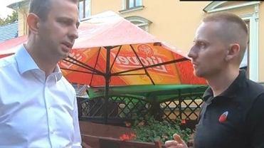 Władysław Kosiniak-Kamysz podczas rozmowy z Jackiem Międlarem.  Fotografię opublikował na swoim profilu na Facebooku Ośrodek Monitorowania Zachowań Rasistowskich i Ksenofobicznych.