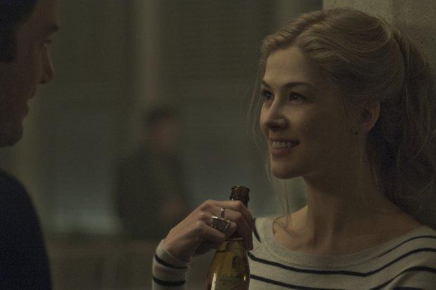 Rosamund Pike w filmie ''Zagioniona dziewczyna'' (fot. materiały dystrybutora)