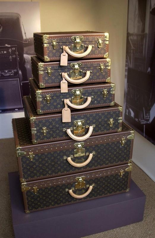 PHOTO: EAST NEWS/REX FEATURES  LOUIS VUITTON LUGGAGE  LOUIS VUITTON CAR PARTY AT THE HURLINGHAM CLUB IN FULHAM, LONDON, BRITAIN - JUN 2002  DESIGNER SUITCASE STACKED SUITCASES