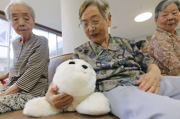 To najbardziej urocza metoda terapeutyczna, o jakiej słyszeliśmy. Seniorzy z domu starców Suisyoen potrzebowali wsparcia po serii katastrof, jakie nawiedziły ostatnio Japonię. Kierownictwo placówki sprowadziło więc dla nich... słodkie foki-roboty.