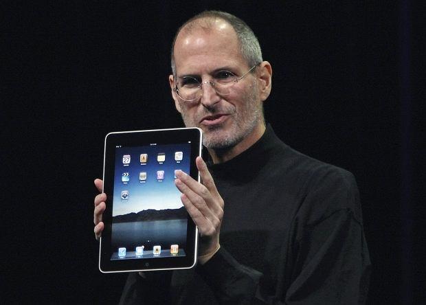 Steve Jobs zrezygnował z funkcji szefa Apple! Wiadomość takiej wagi nie mogła przejść bez echa w internecie. Tym bardziej, że chodzi o jedną z najbardziej znanych twarzy całej branży komputerowej. Człowieka uwielbianego przez miliony użytkowników ''jabłuszek''. Fani nie mogą powstrzymać łez.