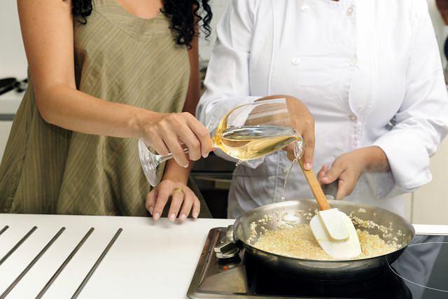 Białe wino dodaje smaku kremowemu risotto.