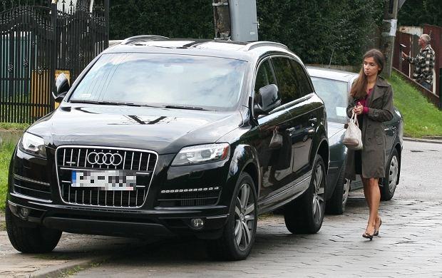 Marta Kaczyńska została przyłapana przez paparazzi przy swoim nowym audi Q7. Takie auto kosztuje ok. 260 tys. zł. Jest to kolejny samochód w kolekcji Kaczyńskiej i Dubienieckiego. Para ma już m.in. BMW X5 za 250 tys. zł czy porsche 911. Niedawno kupili też apartament na warszawskim Powiślu. To się nazywa ''na bogato''.