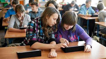 - Szkoły są coraz bogatsze, mamy dużo sprzętu, a część pedagogów wcale z niego nie korzysta - mówi wicekurator oświaty