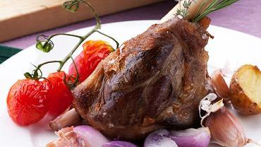 Gicz jagnięca pieczona w ziołach  z czosnkiem i ziemniakami