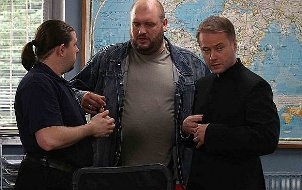 Policjanci i ksiądz-detektyw z serialu