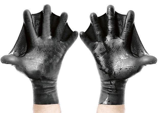 rękawice do pływania Darkfin Gloves zwiększają powierzchnię dłoni o 70 proc