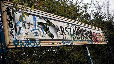 Zdewastowana tablica na stacji PKP Powiśle