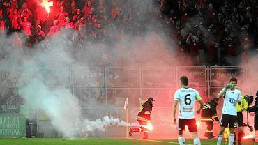 Podczas meczu Legia - Widzew race poleciały z trybuny gości na murawę