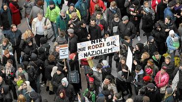 Przed rokiem na Marsz Niepodległości przyszło ok. 2 tys. osób, blokowało go - ok. 3 tys.