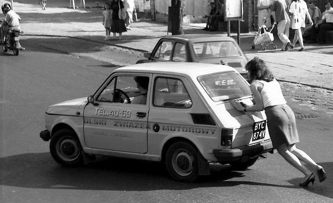 Przedstawione zdjęcie wykonałem we Włocławku. Jadąc autobusem zauważyłem dość komiczną sytuację. O ile w tamtych czasach widok pchanego samochód był powszechny, to akurat to zdjęcie uważam za szczególne, gdyż wpisywało się w tak lansowane przez feministki równouprawnienie. Zdjęcie jest dość komiczne, auto Polskiego Związku Motorowego i pchająca go kobieta w szpilkach.