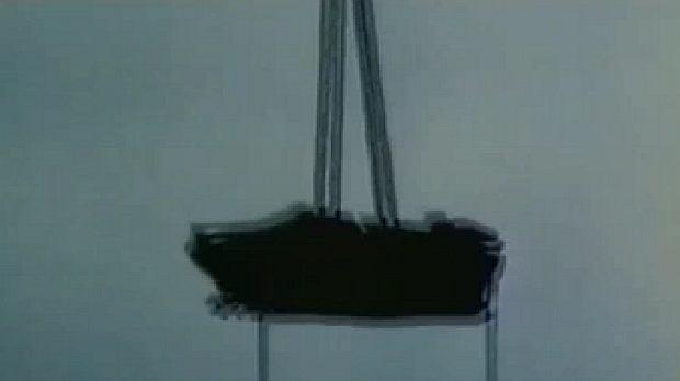 UFO? Nie, czołg wyrzucany na spadochronie z samolotu.