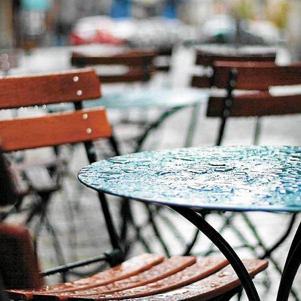 Kawiarniany stolik w deszczu